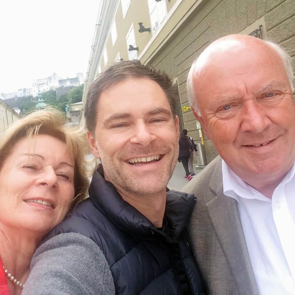 Mit meinen Eltern vorm Festspielhaus in Salzburg (Foto: Thomas Sommeregger)