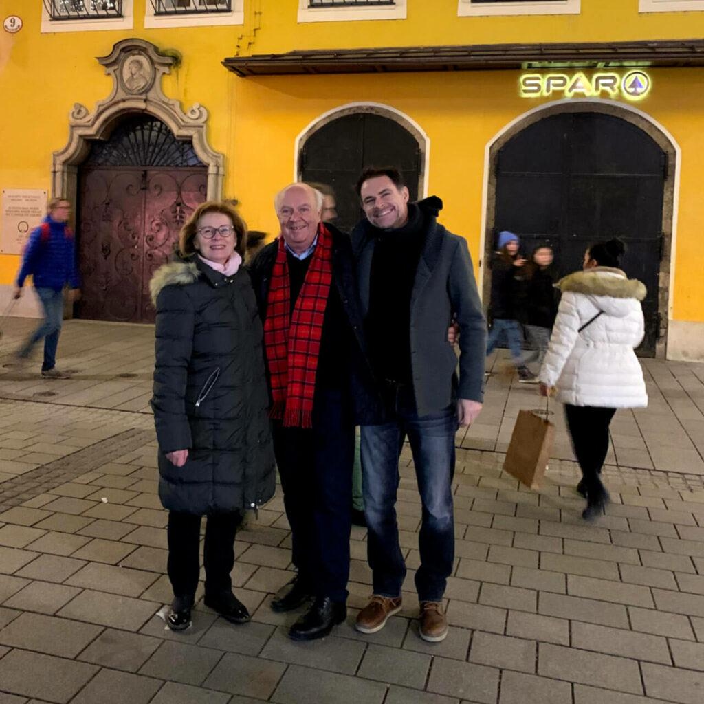 Mit meinen Eltern vor Mozarts Geburtshaus